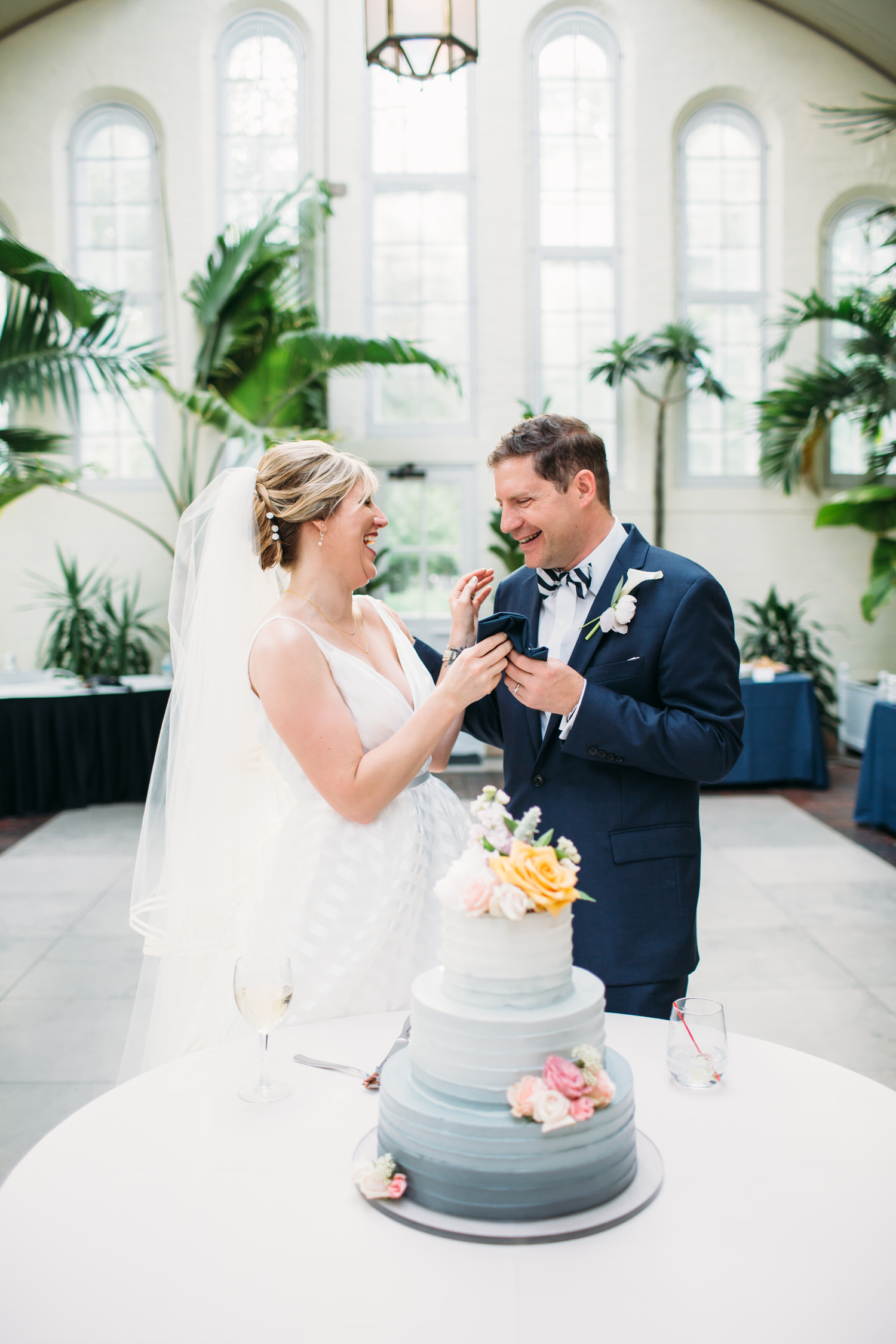 Cutting the cake, St Louis Wedding photographer