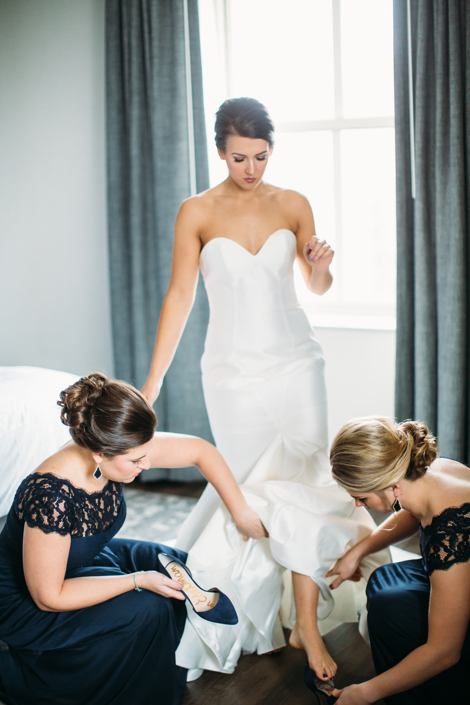 Bride getting ready with bridesmaids, st louis wedding photographer, classic black tie wedding