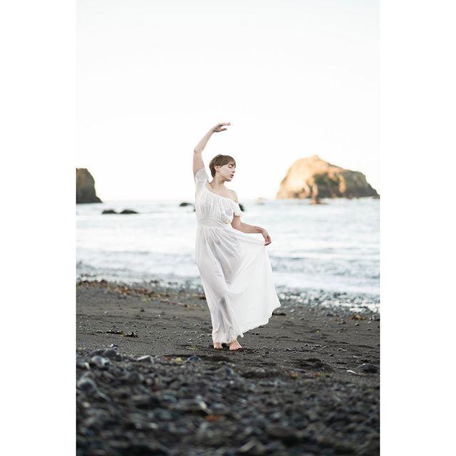 #california #mornings with @leahastore 🖤🐝🐝 #beach #beachphotoshoot #beachportrait #elegant #takeportraits #takephotos #makeart #makeportraits #moody #mood #emotive #emotion #emotiveportrait #whimsical #whimsy #fuji #fujifilm #fujifilmxt3 #zacharystonephotography