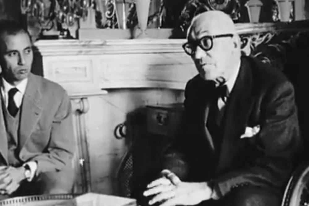 Rencontre entre le prince héritier Moulay Hassan et l'architecte Le Corbusier  ©  ina.fr/L'architecte, Le Corbusier au Maroc