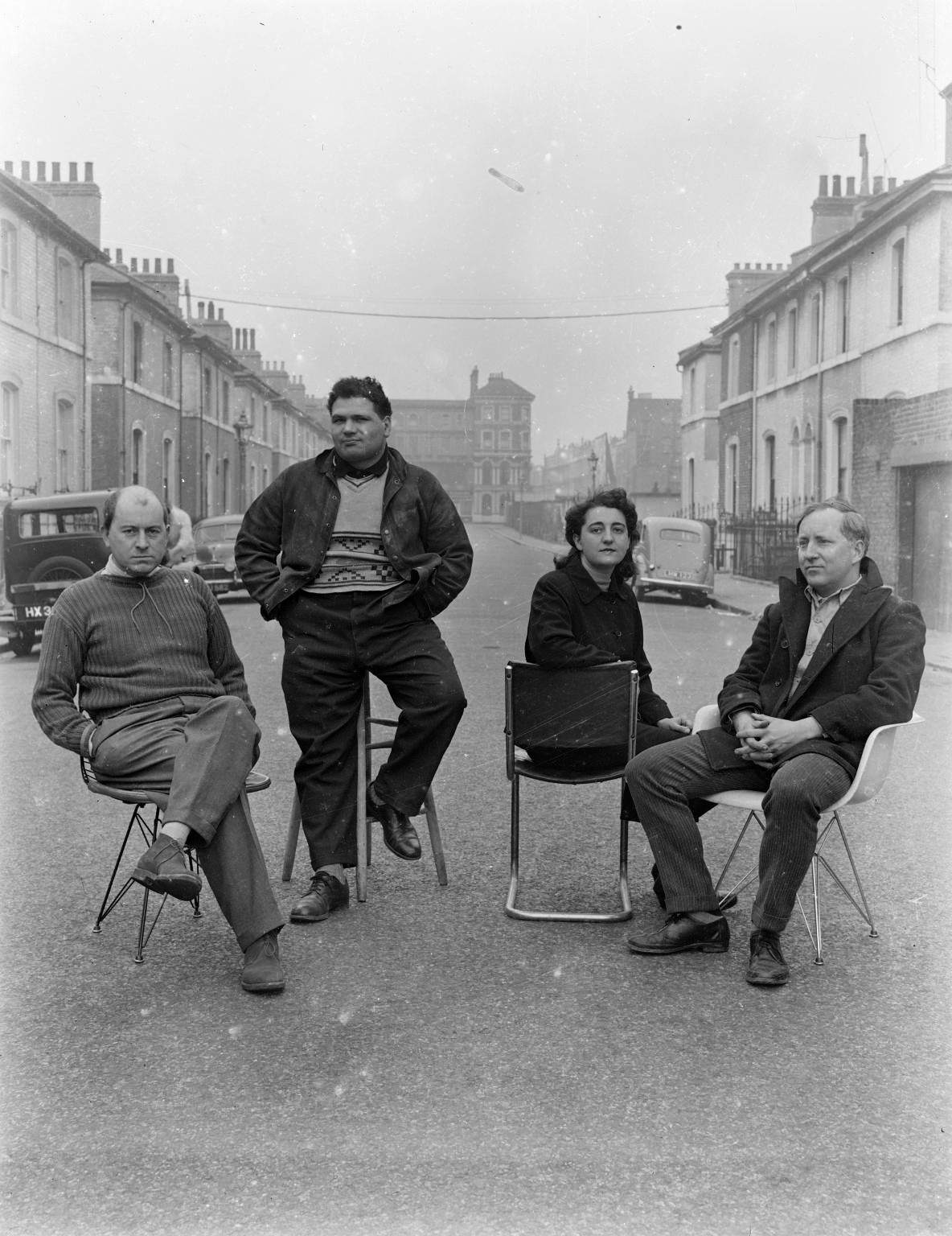 The Independent Group, de gauche à droite : Nigel Henderson, Eduardo Paolozzi, Alison Smithson, Peter Smithson  © Nigel Henderson Estate
