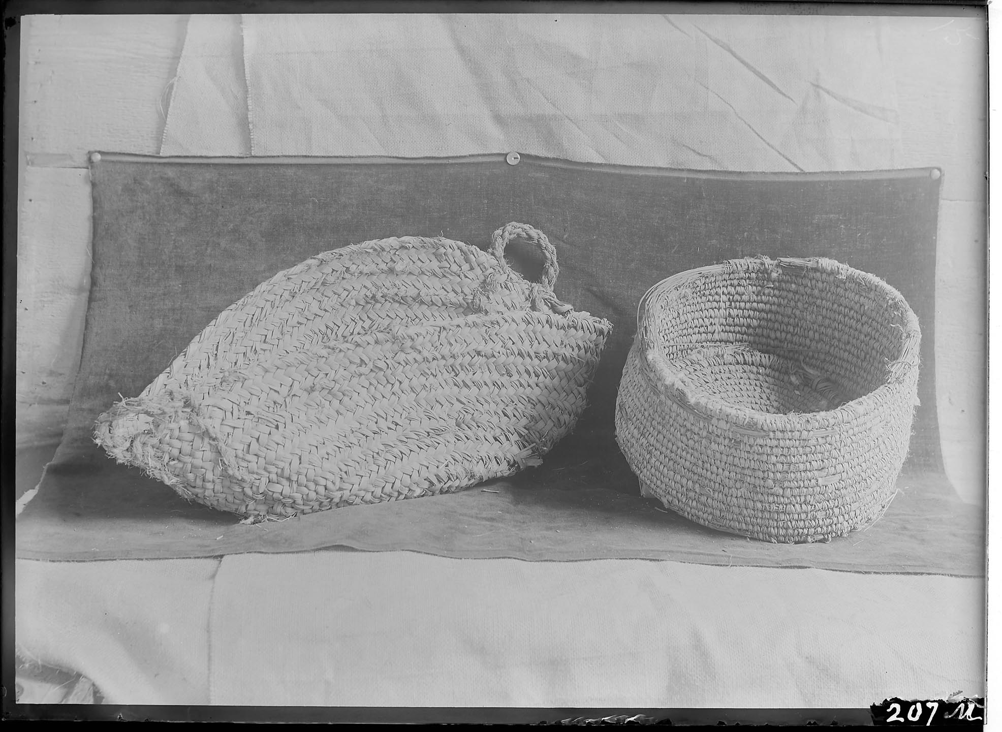 Fig. 21. More ancient baskets found in T.E. Peet's excavations at Abydos in 1911 — the example on the left bears a striking similarity to the baskets from al-Hagz. Photo courtesy of the  Egypt Exploration Society