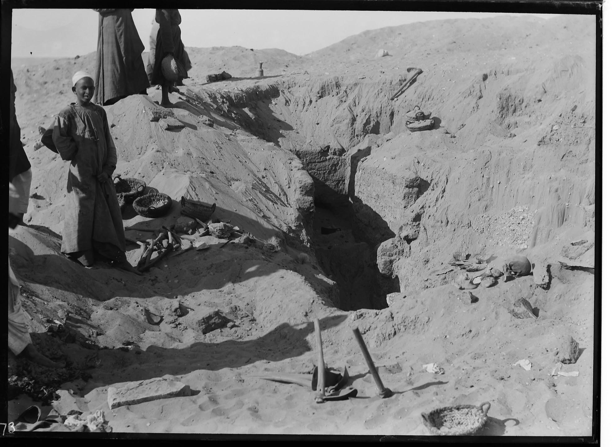Fig. 23. This image of Peet's excavation in progress at Abydos in 1910 captures the  tureya  and different varieties of  maqatif  (lower & upper right, left center) in situ. Photo courtesy of the  Egypt Exploration Society