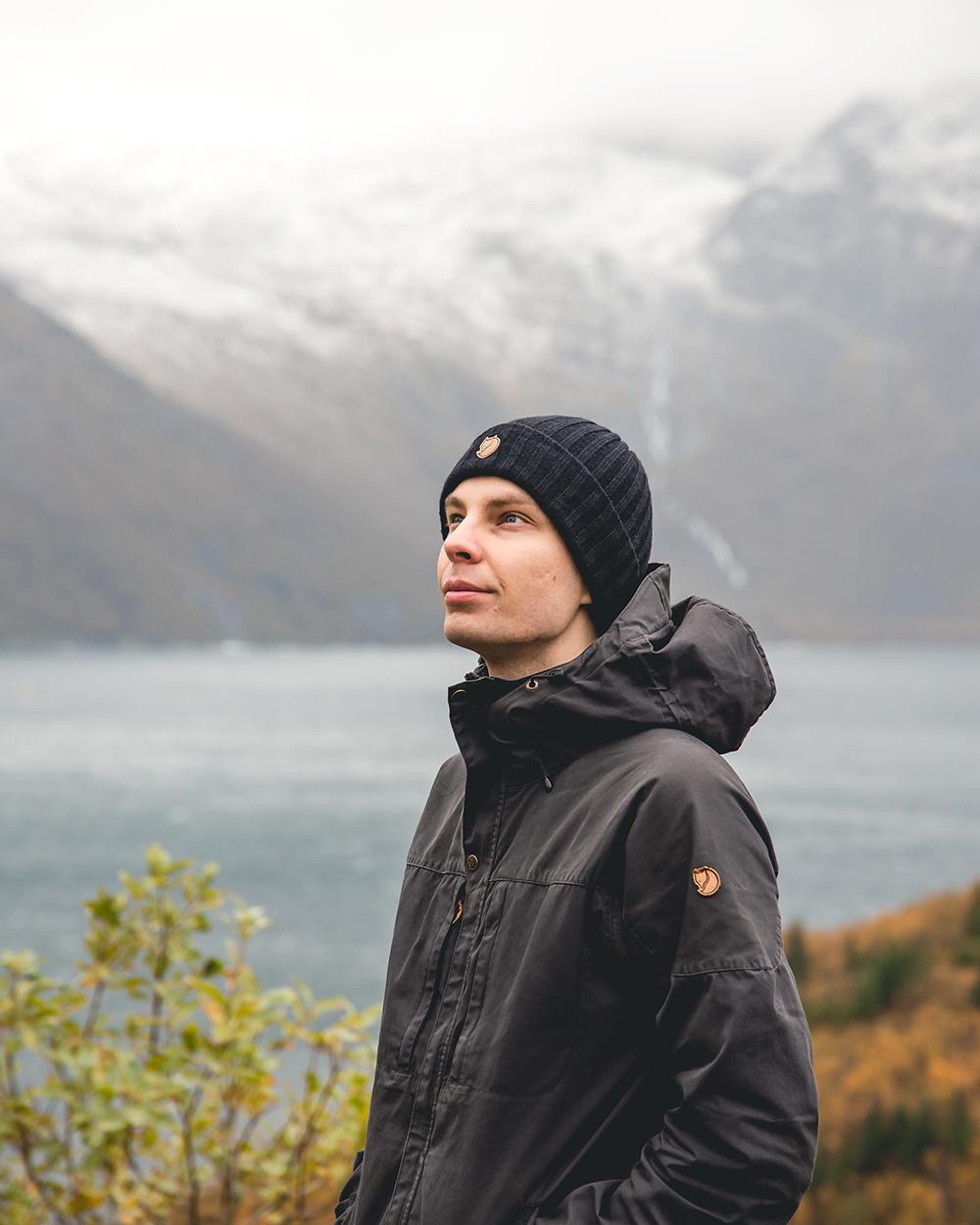- Moi, olen 26-vuotias maisema- ja luontokuvaaja Espoosta. Sain ensimmäisen digitaalikameran kun olin kahdentoista. Olin niin innoissani maisemien ja luonnon kuvaamisesta, että aloin julkaista kuviani netissä. Siitä lähtien intohimoni valokuvausta kohtaan on vain kasvanut. Aloitettuani mediatekniikan opinnot ammattikorkeakoulussa suhtautumisen valokuvaukseen muuttui vieläkin vakavammaksi. Sittemmin unelmani on ollut kehittyä ammattivalokuvaajaksi ja jakaa maailman kauneutta kuvieni kautta.