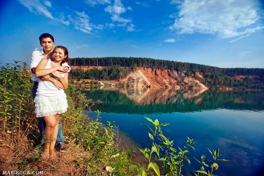 Family couple with the lake and mountain background celebrate anniversary wedding in California.