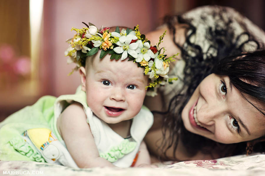 Look at me! Mom and her cute 5 month baby daughter are looking and smiling for children photographer bay area.