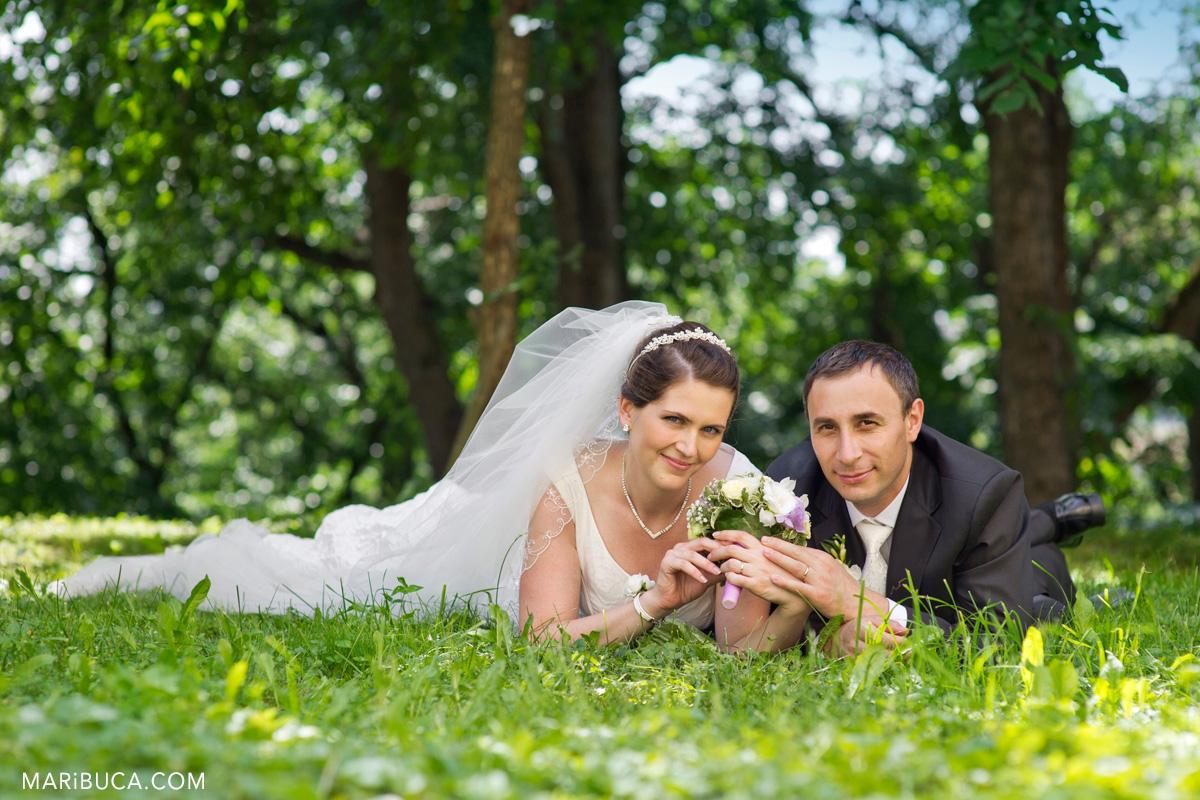 36__36-wedding-couple-grass.jpg