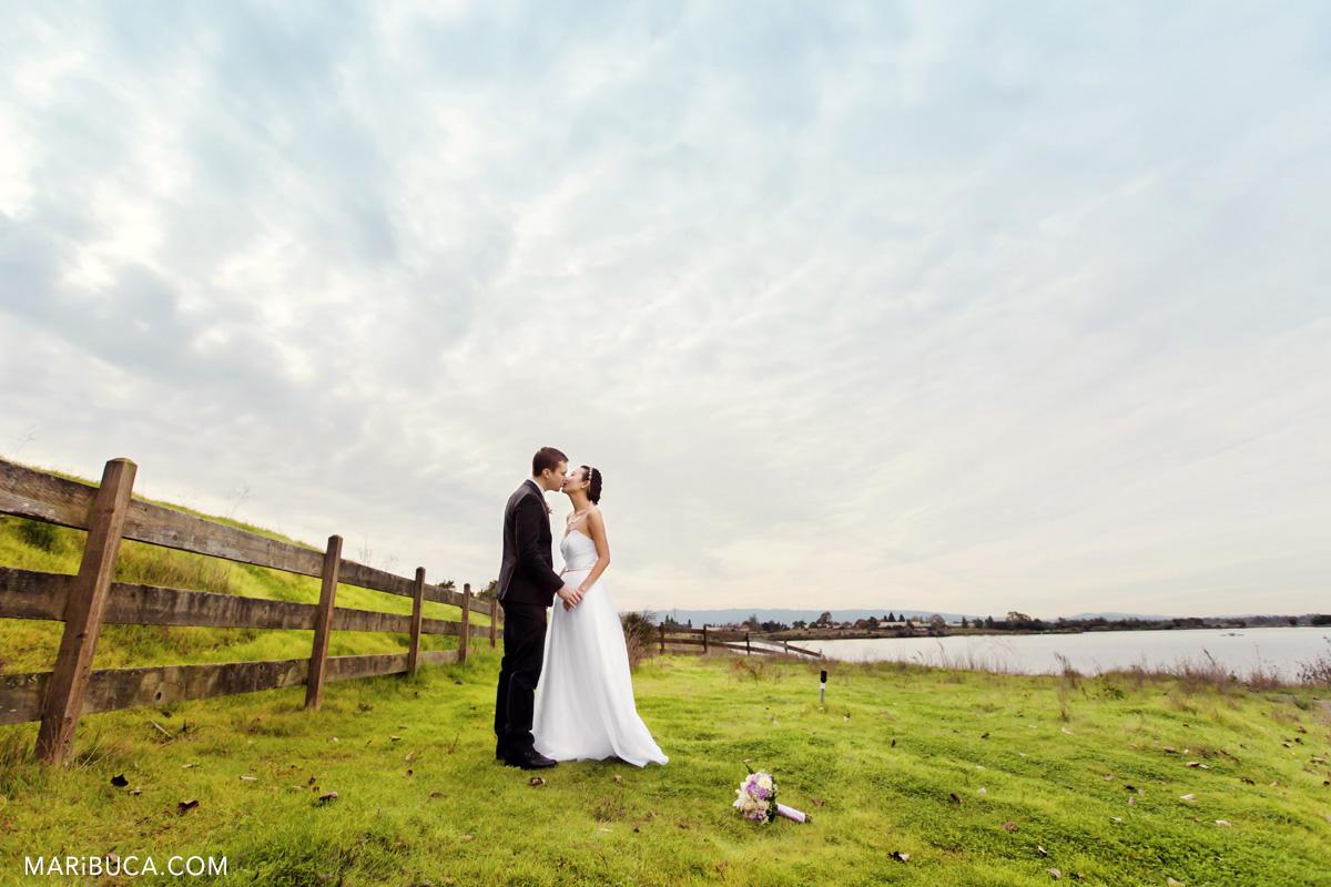 32__32-shoreline-amphitheatre-wedding-kiss-mountain-view.jpg