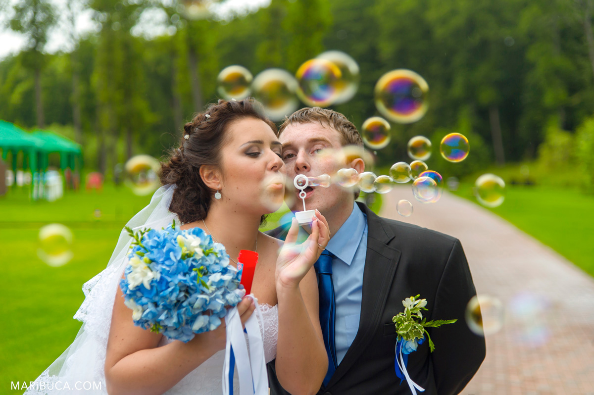 69_68-soap-bubble-wedding-newlyweds.jpg