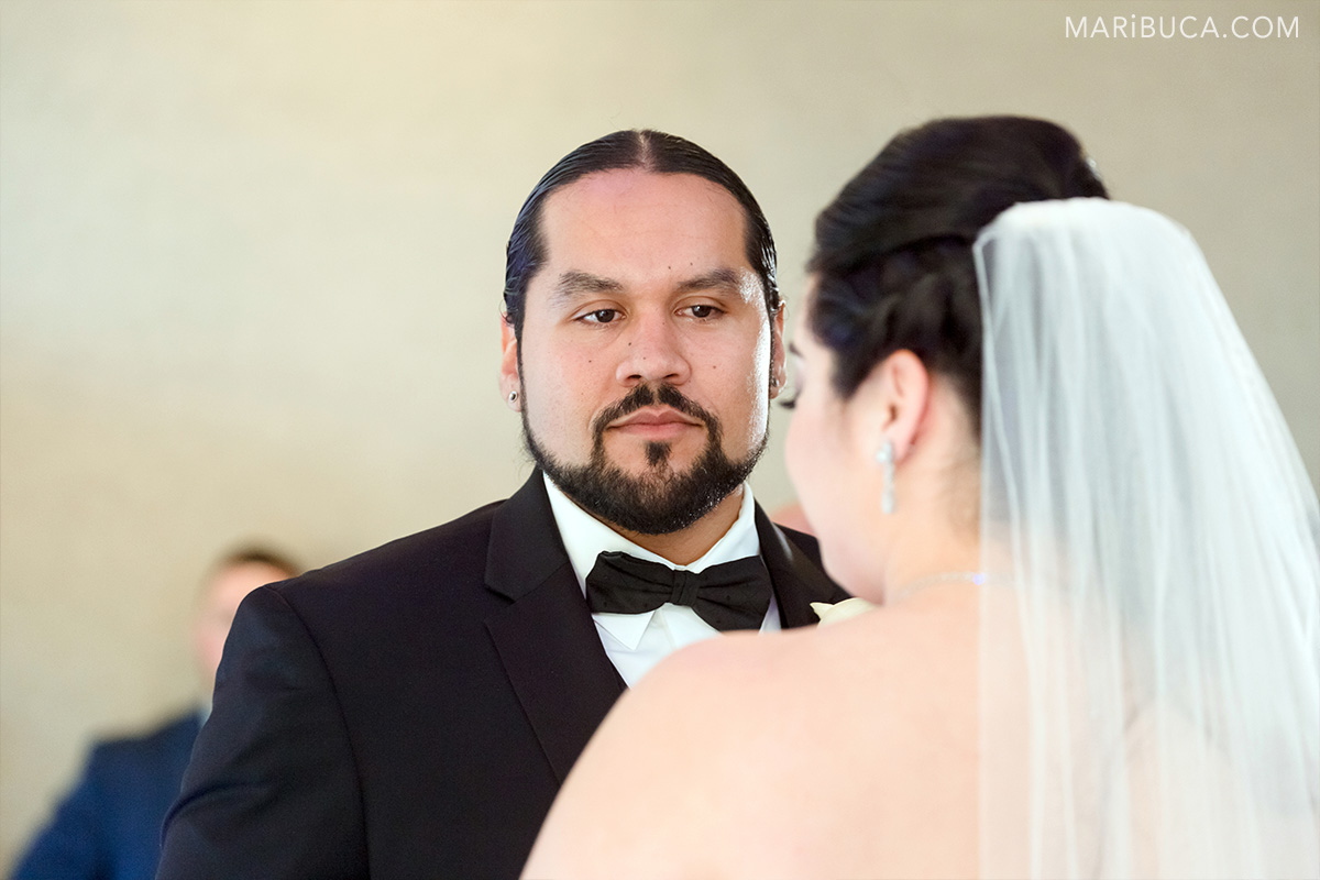 The groom looks in the bride in the ceremony in the Villa Montalvo Saratoga