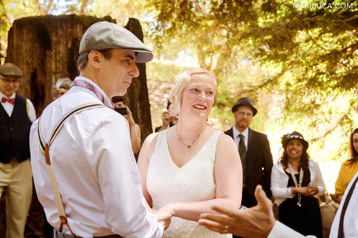 The bride and the groom hoGuests in the wedding ceremony are listening the officiant. 1920s theme
