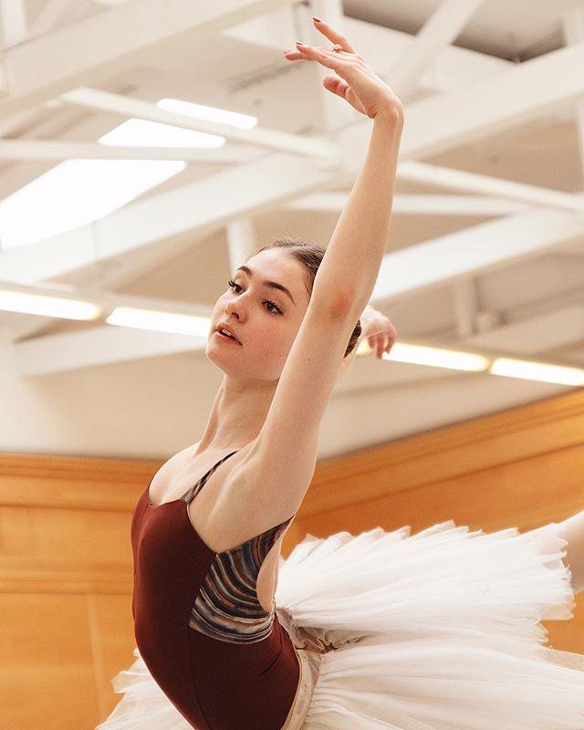 "Some sunny pictures of beautiful Alena @_kovalenka_  In @bolshoi_theatre rehearsing for""Lilac fairy""  from ""sleeping beauty"" 🌸💐🌷Мои солнечные фотографии изящной @_kovalenka_ на репетициях «Фея Сирени» из балета Спящая Красавица 🌟💐 #balletlegacy #bolshoiballet #bolshoiballerina #bolshoistars #большойтеатр"