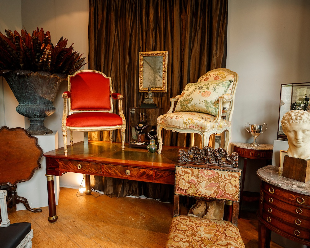 Antique& decorative art - 94 WILLIAM STREETIan Hadlow has over 20 years experience as an Antiques Dealer. Pop in to discover beautiful antique furniture, art and objects.