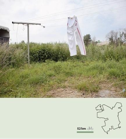 Voor degene die wil weten hoe de gefotografeerde locaties er anno nu uitzien, hebben we een fietsroute gemaakt. De route, van zo'n 50 km, volgt de stadsrand van Groningen. Een gedrukte kaart op A2 kun je ontvangen als je een mailtje stuurt naar mail@mariekekijkt.nl  Download hier de PDF van de   voorkant fietskaart   en   achterkant fietskaart  .