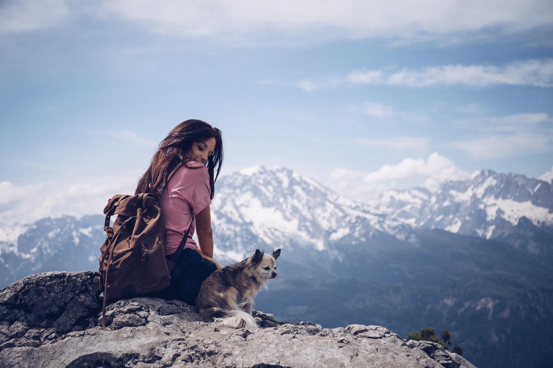 JenniferSpurkFotografie - Berchtesgaden - Girl with dog in mountains2