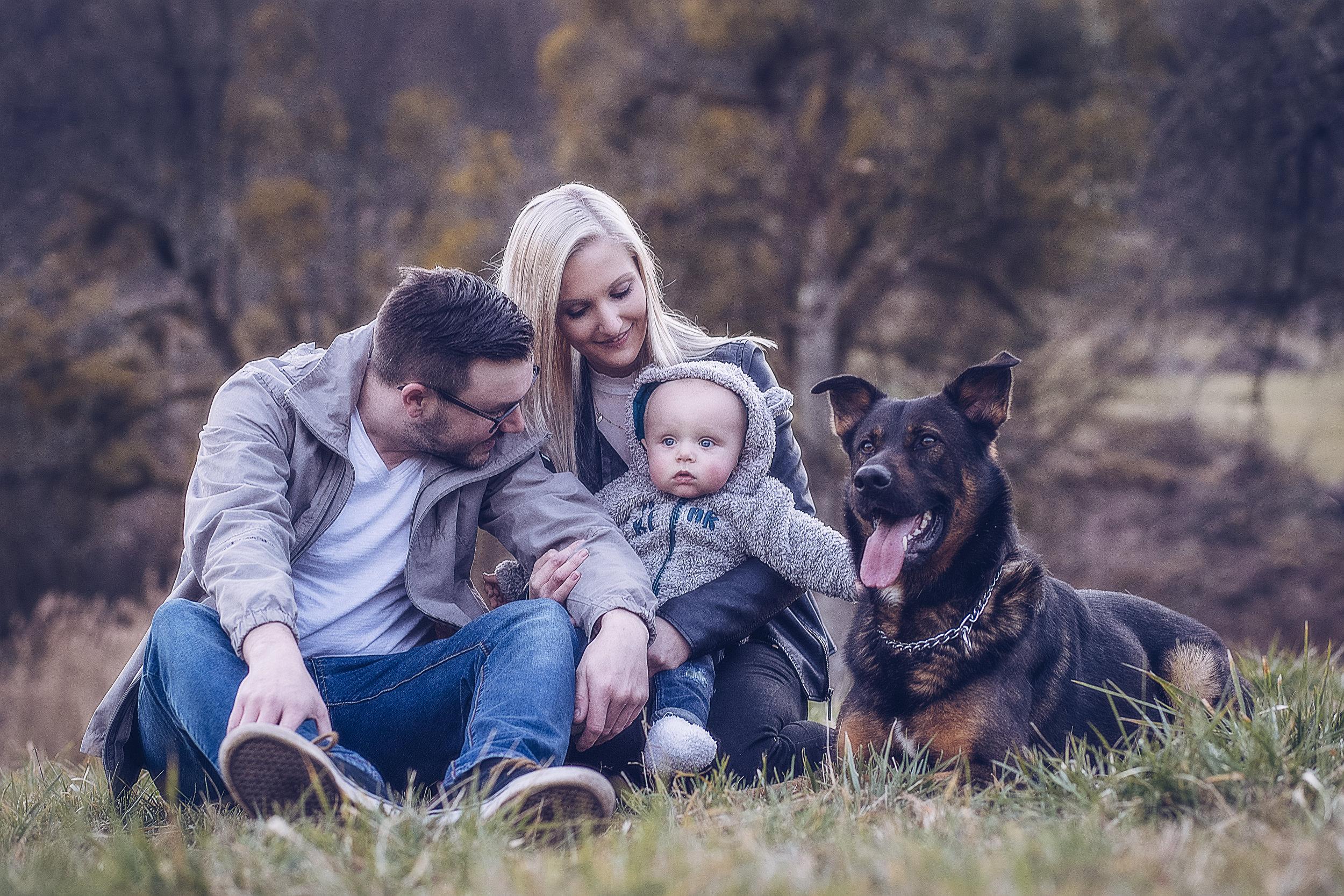 JenniferSpurkFotografie-Familyshooting - Paar mit Baby und Hund