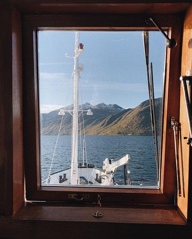 Høstfarger i sikte ⚓️👨🏽✈️ _____________________________________________________ #bruvik #msbruvik #cruiseservice #cruiseserviceas #sunnmøre #sunnmore #alesund #visitalesund #hjørundfjorden #hjorundfjorden #nature #fjords #fjord #norwegianfjord #fjordsofnorway #beautifulnorwegiannature