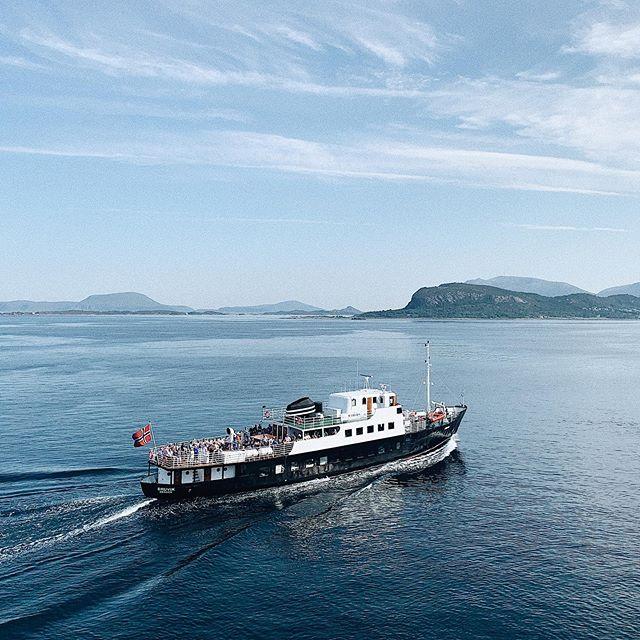 Vil du være med på Skjærgårdcruise i Ålesund på fredag? Se byen fra en helt ny side ⚓️ for mer info - se link i bio.  ______________________________________________________ #skjærgårdscruise #cruise #cruiseiÅlesund #ålesund #sunnmøre #ålesundfromthesea #citytour #tourofålesund #tourofalesund