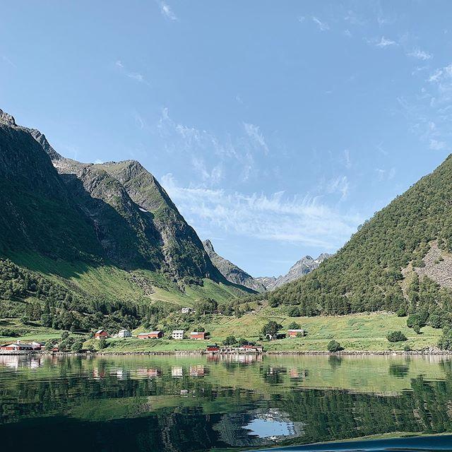 Hjørundfjorden i strålende vær ☀️ ____________________________________________________ #hjørundfjorden #hjørundfjord #hjorundfjordencruise #fjords #fjord #fjordcruise #cruise #norwegian #norwegianfjords #norwegianfjordscruise #norway #beautifulnature #beautifulnaturephotography