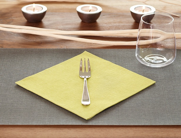 Lifestyle_placemat+with+napkin_dark+grey+and+kiwi.jpg