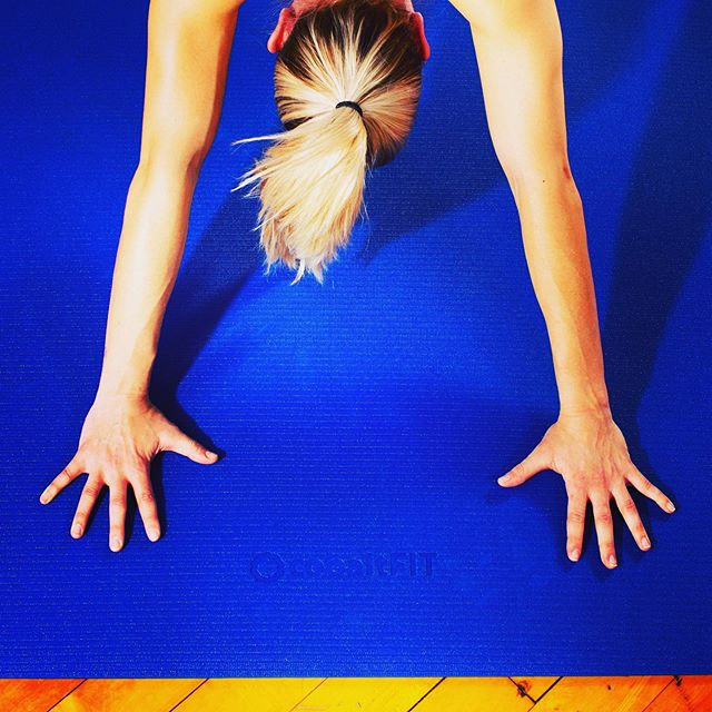 Finally, an Exercise Mat that won't rip when you wear shoes!! 💪🏼 🤸🏽♀️The @cobalt_fit Exercise Mat has been specifically designed for HIIT and app-based workouts. The mat is comfortable and non-slip, and covers a 24 square foot area perfect for HIIT! Nashville-area Personal Trainers @friendswhofit use their Cobalt FIT mats daily! 🏆  We just put the Cobalt FIT mats on Amazon this week! Click our bio link if you are done using flimsy exercise mats for your exercise!  #exercisemat #musiccityfit #nashville #homegym #hiit #hiitworkout #workoutapp