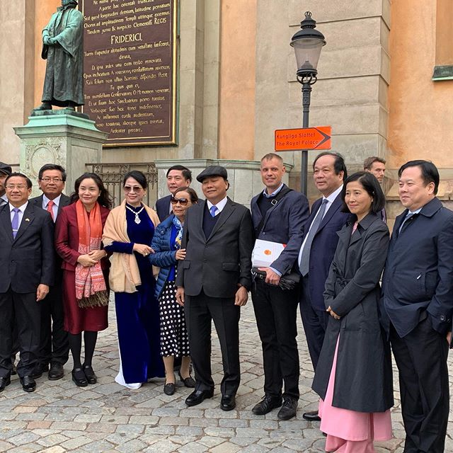 I had the privilige of taking Viatnemese Prime Minister Nguyễn Xuân Phúc on a tour in the heart of Stockholm this rainy afternoon. The Prime Minister is in Sweden to acknowledge 50 years of diplomatic relations between Sweden and Vietnam. https://www.government.se/press-releases/2019/05/prime-minister-stefan-lofven-to-receive-vietnams-prime-minister/ #Vietnam #Sweden #buildingbridges #visitstockholm #visitsweden #gamlastan