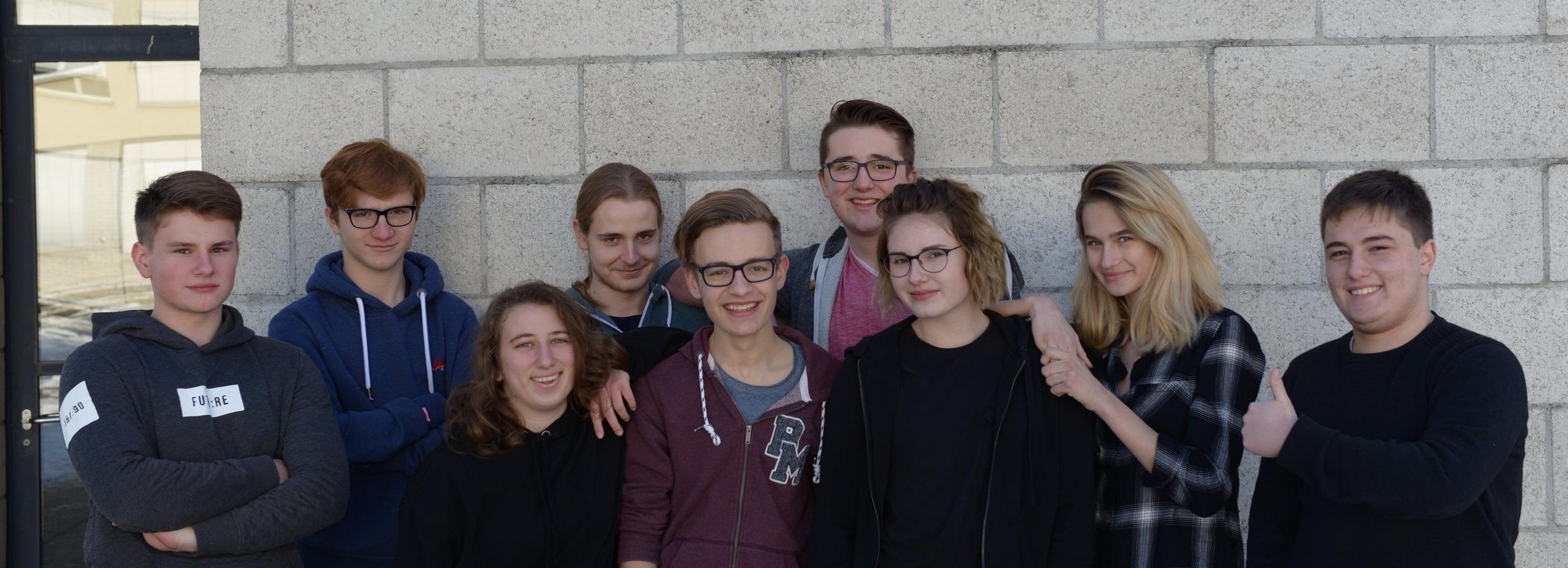 (v.l.) David (16), Elias (17), Šana (17), Vinzenz (18), Julian (17), Jerome (17), Carole (19), Annica (16), Adrian (18) und Nils (15, nicht auf Foto) verkörpern die Mechaniker, oder einfach gleich das ganze Team :)