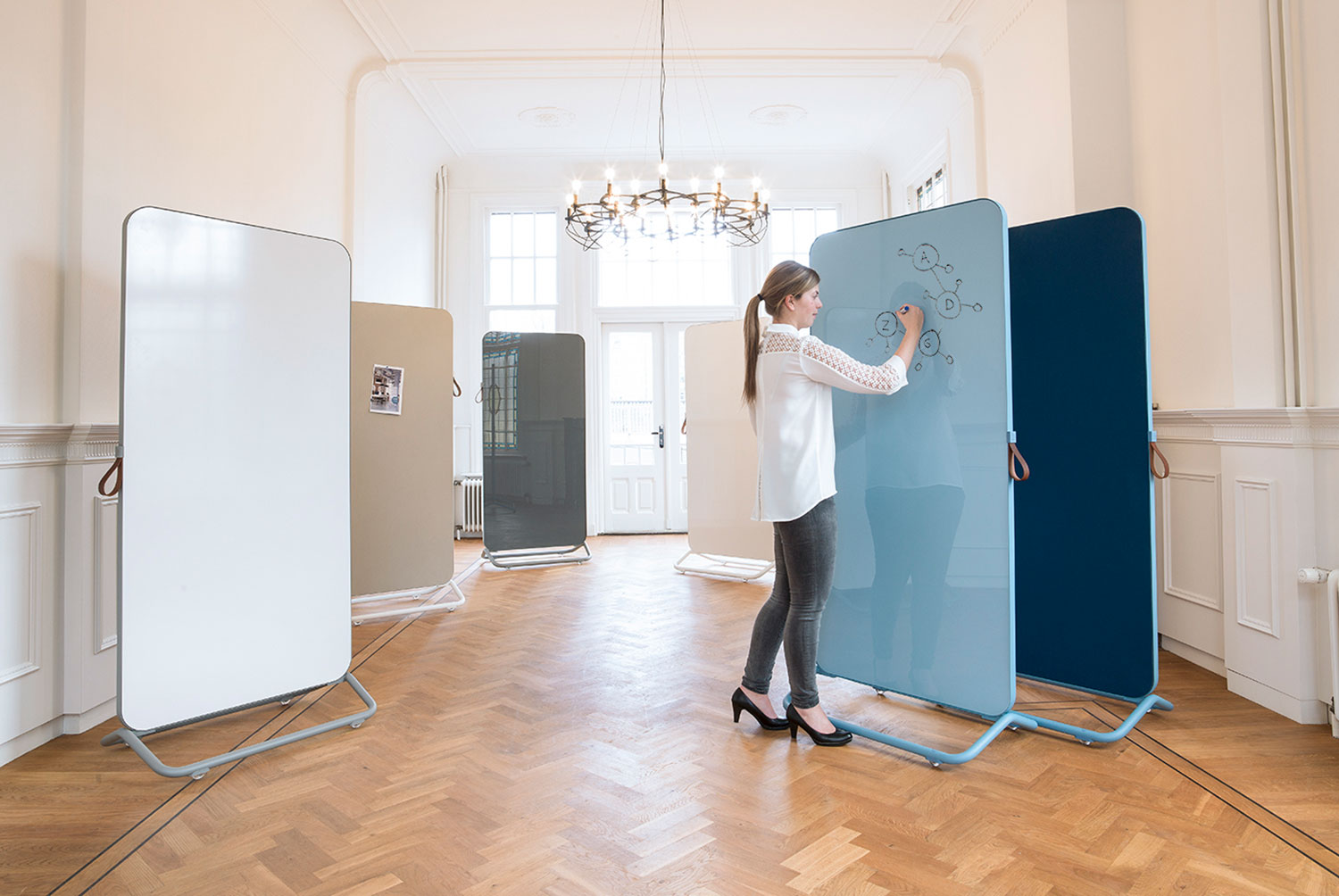 Chameleon Mobile - This elegant whiteboard is mobile, making it easy to take into any workplace. Particularly in an open plan office, where desks are often not placed against a wall, the benefits of a mobile, standalone writing board are obvious.