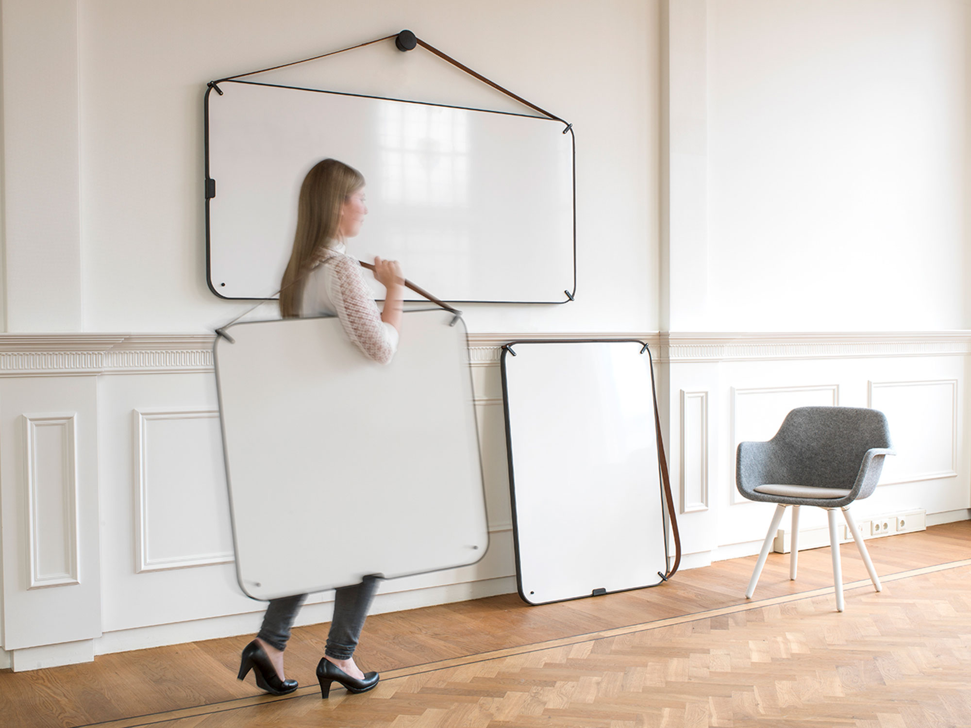 Chameleon Portable - The details determine the aesthetic value of this whiteboard. A real buffalo leather strap, a rubber trim; Chameleon Portable deserves a place where it can be seen. In fact several places, because being portable, it lets you take information with you.