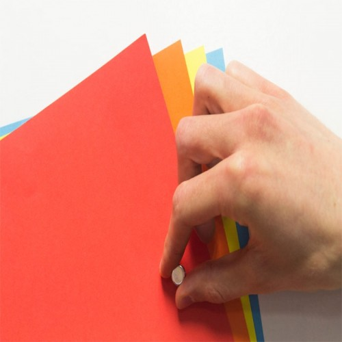 magnetic-wallpaper-close-up-holding-up-pages.jpg