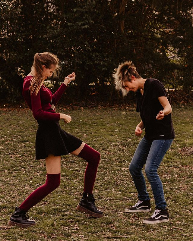 New blog post from this fun session is up on my website! Go take a look for more dance moves and all the full-faced laughs from these two💛 Link In bio✌🏻