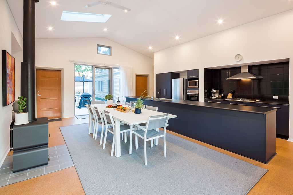 5-rooms-retreat-group-accommodation-margaret-river-kitchen-dining.jpg