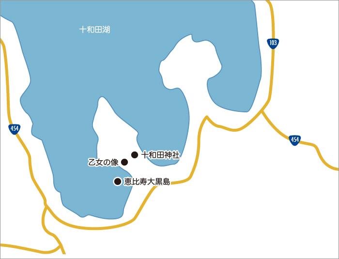 休屋周辺 - 十和田湖南部の湖畔に位置し、宿泊施設や食事処、お土産売り場が集まるエリアです。御前ケ浜は、静かな湖の眺望、美しい砂浜と湖畔の自然林、十和田神社など十和田湖の自然を手軽に探勝できるコース。探勝路入り口からは、車も自転車も乗り入れ禁止の静かなウオーキングエリアで、歩き進めていくと、十和田湖のシンボル「乙女の像」がやさしく出迎えてくれます。また、遊覧船が発着しているので、遊覧や移動に利用するのもおすすめです。十和田湖の中から眺める、日本庭園のような島々や外形の山々も趣があります。遊覧船に揺られながら、湖面を基準に山がそびえているのではなく、度重なる噴火のエネルギーで山がえぐられてできたものが湖だと思うと、自然の凄まじい力を感じずにはいられません。