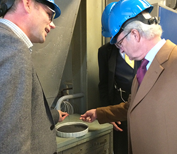 The King touches ilmenite when visiting Chalmers 2015