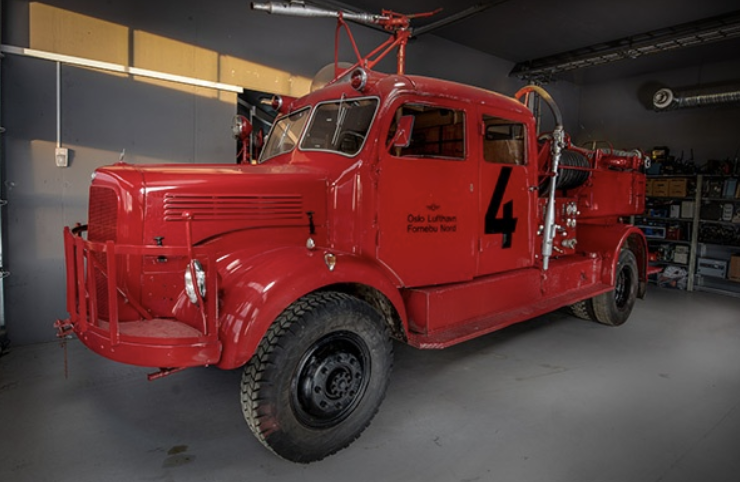 Fire truck - Mercedes Benz – 1956 modelThis fire truck is a foam tender with a capacity of 2,600 litres of water. The fire truck was in service at Oslo Airport Fornebu in the 1950s and 1960s.The fire truck was donated to the Norwegian Aviation Authority Museum in 1993.