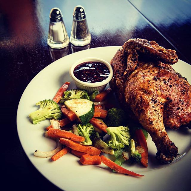 Come and get your favorite chicken meal before the year ends !  1/2 Chicken w Raspberry sauce , Sauteed garlic veggies • For Reservations : 678 337 7999  #colombianrestaurant #colombianfood #chicken #glutenfree #veggies #healthyfood #latintouch #latinfood #pollotropical #polloalhorno #mariettasquare #marietta #kiosco