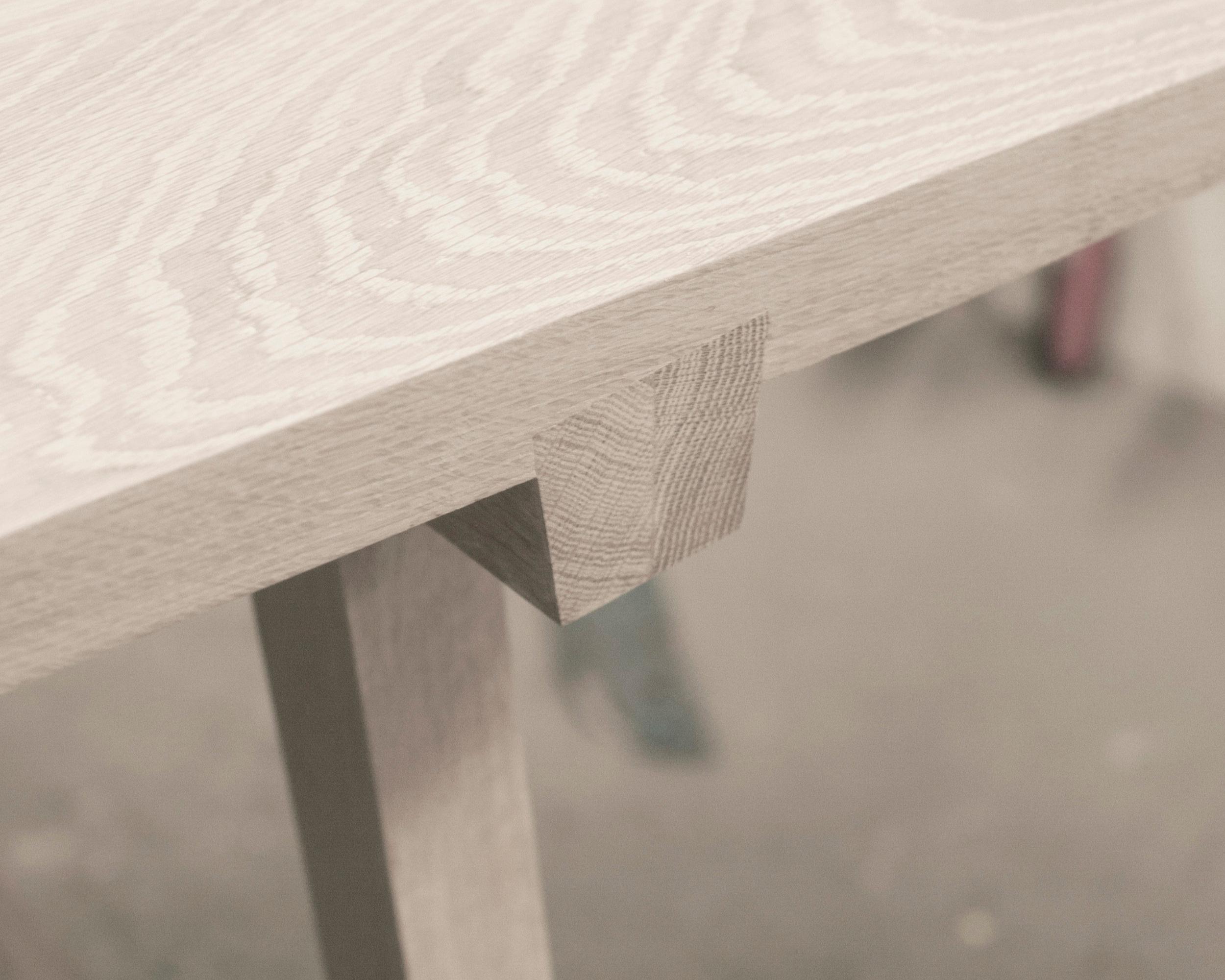 GRATBORD - Stilrent bord med gratsamling.