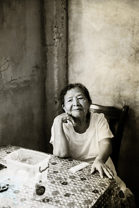 The grand-mother in Panama.    Bonöre is a photography series centered on the work of an indegenous collective of women artisans in Bastimentos, Panama called the Ngäbe. Blaukopf worked with the women in 2017 and subsequently manipulated her images, applying layers of gold to create a multi-textured, evocative view of the women's lives.