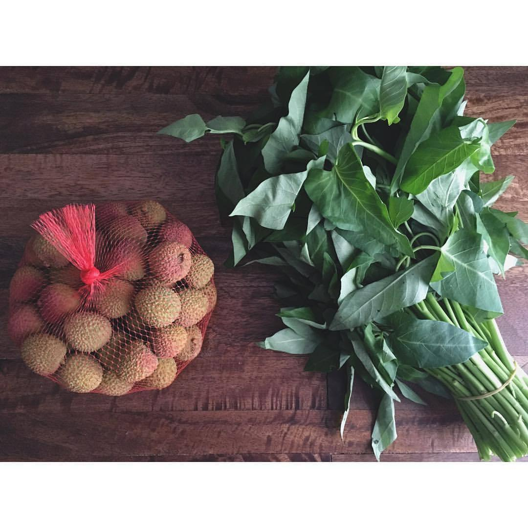 LYCHEE + WATER SPINACH (ON CHOY) / Two cooling, Yin foods to help you beat that summer heat. Lychees make for a super refreshing end to a meal - simply peel and eat around the seed. On Choy is a very versatile green found at your Asian supermarket- sauté or stir fry with garlic and you're good to go. ☀️🎏.   .  .  .  #chinesemedicine #foodtherapy #fiveelements #5elements #eattherainbow #onthetable #lychee #eatyourgreens #asianfood #tcmnutrition #whatsfordinner #medicinekitchen #healingfoods #yinyang #beattheheat