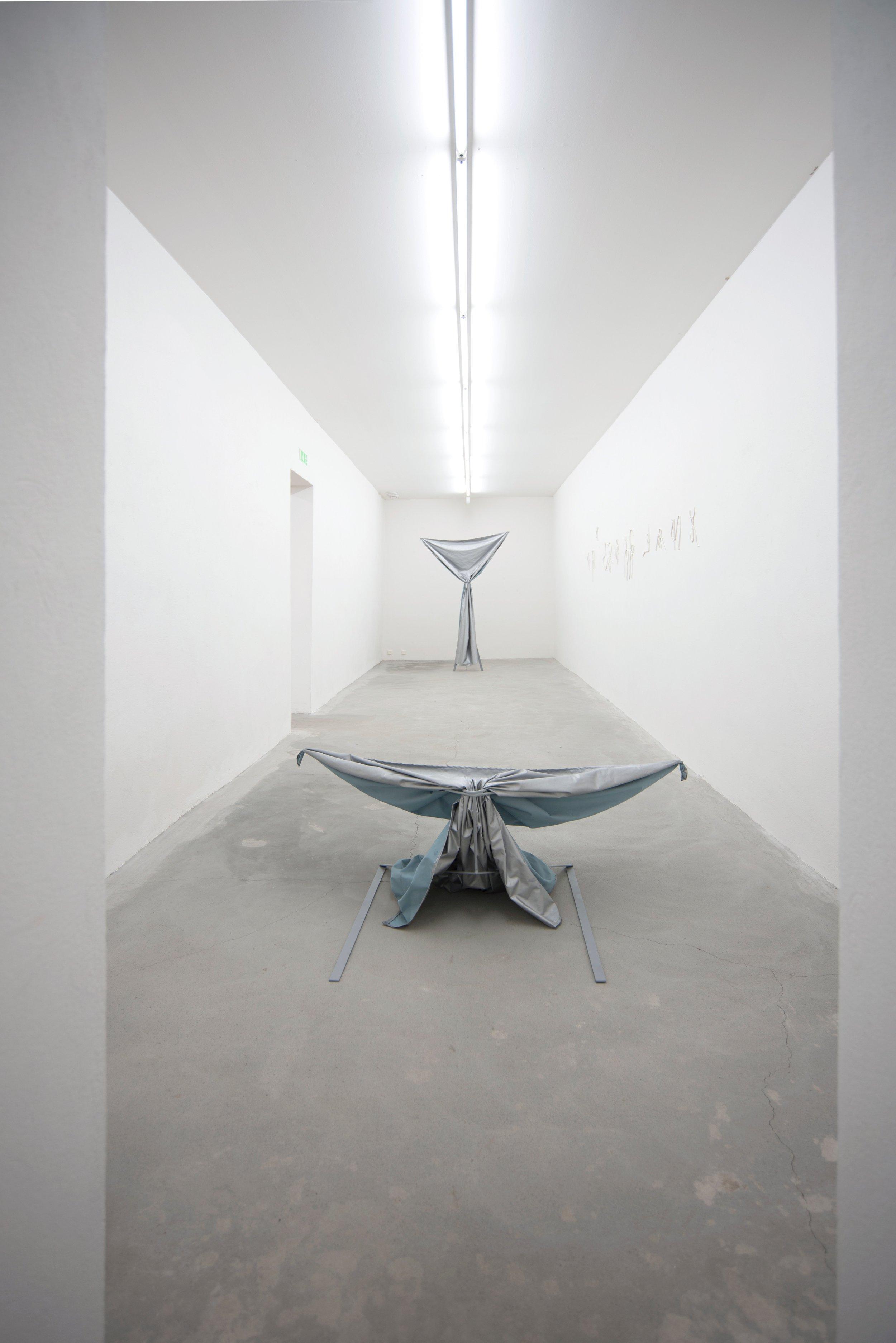 """Ellinor Lager - Ellinor Lagers arbete kretsar kring skulptur, kropp och språk. Skulpturerna uppstår i ett korsande av materialitet, text och kropp som hybrider mellan tecken och ting, som språk. Genom materialens språklighet möter konstnären sin egen kropp.Lager skriver med objekt. I skulpturerna sammanförs olika narrativ och nya; kroppens längtan, barndomsrester, gester. Intertextualiteten leder ofta arbetet vidare både genom materialet och genom konstnären själv. Ellinor återgår, återkommer, letar och skriver. Skapar hybrider och ett språk som stämmer överens med- och förankrar kroppen.Hon gör lod, varje skulptur är sin egen men likväl ett brottstycke av en större text som föds i den priviligerade sidopositionen, i dunkelt, skugglandskapet att vara kvinna och moder till två.Den texten är en intrikat väv som gör att objekten allt som oftas inte kan vara bundna till egna titlar. Utan snarare flyttas runt i utställningsrummen som tecken vilka agerar och aktiverar installationer/utställningar som tidigare har haft titlar som Some Sunsets don't Set, Heritage is Loose Strings and Knots och We Are Dark Matter in Drains.Det handlar om ändlösa skymningar, arv och mörk materia eller som hon sammanfattar det """"Earth dough""""."""