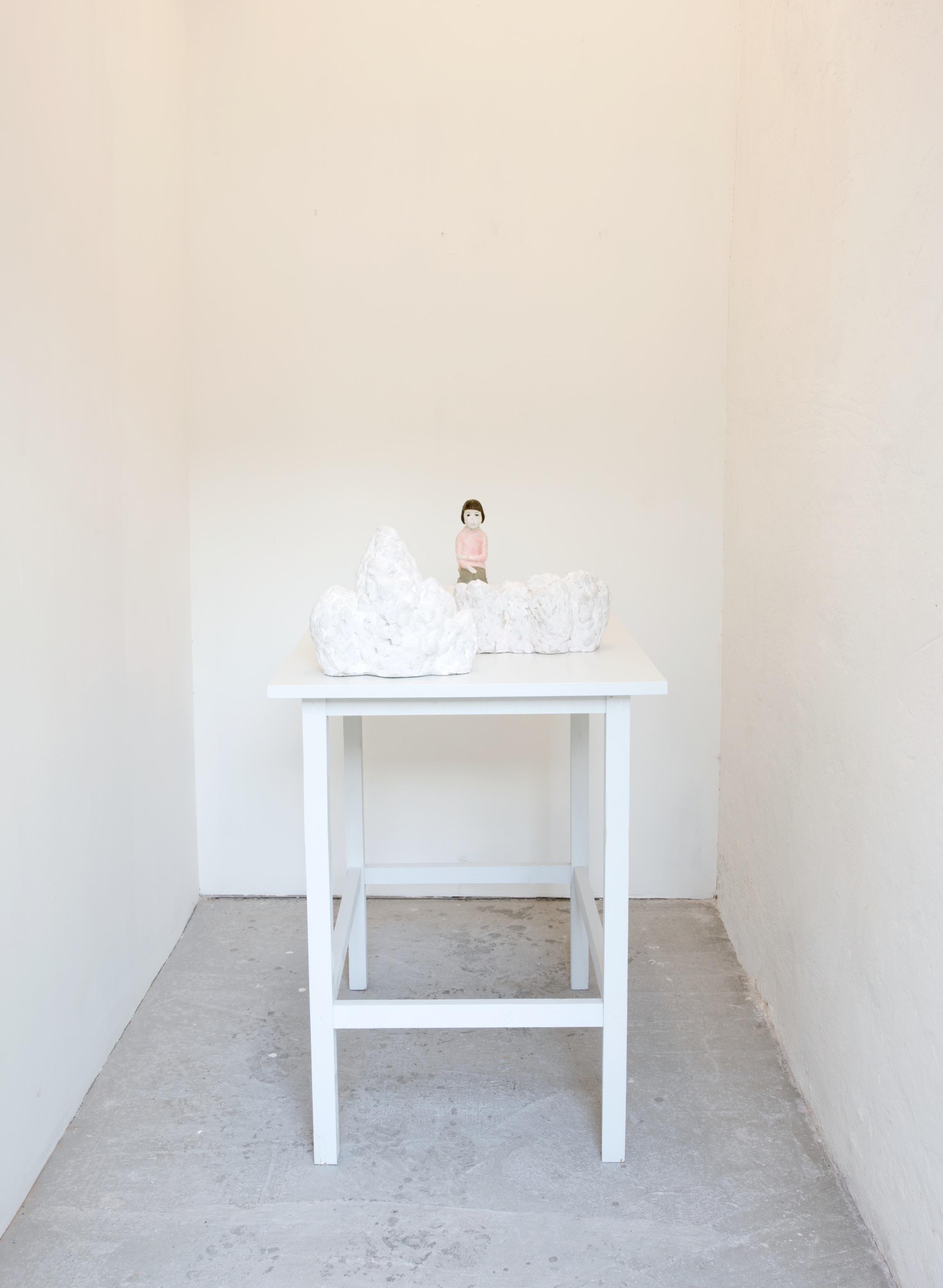 - Bianca Maria BarmenBianca Maria har flera gånger tidigare visat sina verk på galleriet i Östra Karup. Hennes grundmaterial är lera, men figurerna gjuts sedan i gips eller brons. Ofta placerar hon sina skulpturer på ett bord eller en platta som blir det rum där figurerna kan samtala med varandra. I skulpturen Och där bortom, sitter en ensam pojkflicka – eller en flickpojke - i mynningen av ett floddelta. Blicken är obestämd, är det utåt eller inåt hon ser? Den meditativa stämningen förstärks av den vita färgen som är karaktäristisk för Barmens verk. Det är poetiskt och hemlighetsfullt. Barmens figurer lämnar stort utrymme åt betraktaren.Bianca Maria Barmen är född i Malmö 1960. Hon utbildades på Konglige Danske Kunstakademin, Köpenhamn 1985 – 1992. Barmen har ställt ut flitigt i Sverige och internationellt och har gjort många offentliga utsmyckningar. Hon finns representerad på flera museer, i offentliga och privata samlingar.