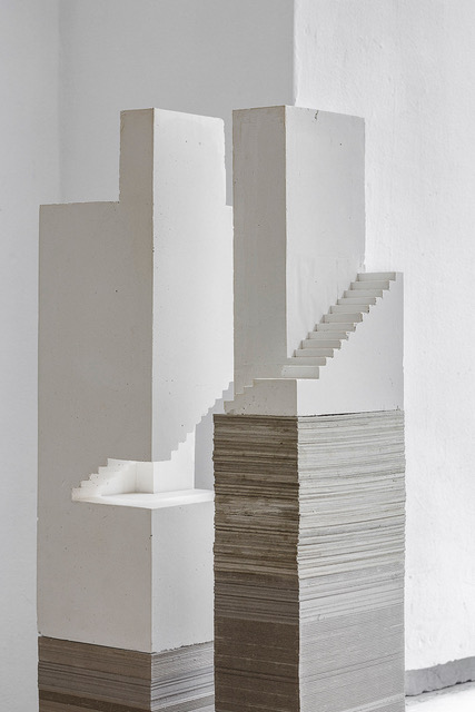 - Petra GippPetra Gipp skulpterar fram en alldeles egen röst som får arkitekturen att sammansmälta med plats, kropp och tanke.För Petra Gipp är arbetet med modeller centralt. Det är en metod att, ofta skallöst, närma sig arkitekturen. Här kan det rumsliga skulpteras fram genom fokus på vo- lym, element och detaljer, där allt sammansmälts till en och samma tanke. Att sömlöst arbeta med ett material ger en möjlighet att utifrån materialet gestalta en ar- kitektonisk idé. På så sätt kan de rum och volymer som hon skapar få en tydlighet, en personlig röst.Petra Gipp är en svensk arkitekt, verksam i Stockholm. Hon är ledamot av Kungliga Akademin för de fria konsterna. Hennes ikoniska arbeten inkluderar bland annat Kivik Art Centre Refugium, Bruksgården i Höganäs, uppfinnarverkstaden Katedralen, som nominerades till Mies van der Rohe Award 2015, samt hennes medverkan med monumentala, gjutna sektionsmodeller i huvudpaviljongen på Venedig Biennalen 2018. 2016 omnämndes Petra Gipp i Archtiser som en av de 26 kvinnor i historien vilka förändrat arkitekturen. Petra Gipps verk har ställts ut runt om i världen samt publicerats i en mängd olika böcker och tidskrifter.