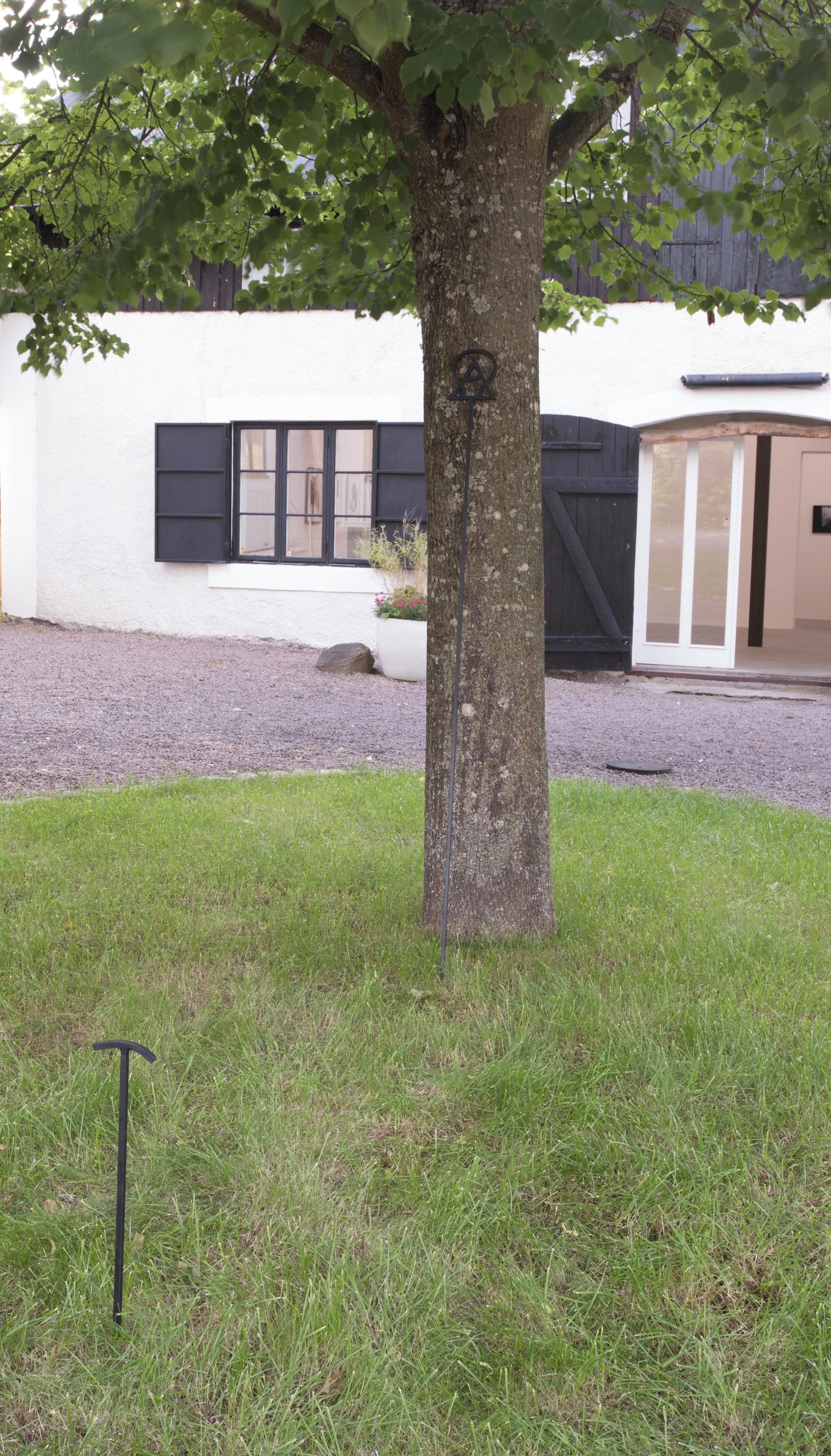 - David SvenssonAlltings början och alltings slut, 2019, järnDavid Svensson är född 1973 i Skillingaryd och bor och arbetar i Malmö. År 2000 gick han ut Malmö Konsthögskola.