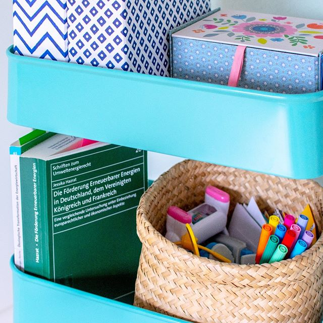 Are you happy with your current #homeofficesetup ? Or do you work outside of the home only? 👩🎓👩⚕️👩🍳 #officesupplies #officestorage #homeoffice #myhomeoffice #bürozuhause #prettyboxes  #colorfulpens #officecart #rollcontainer #simplestorage #simplestoragesolution
