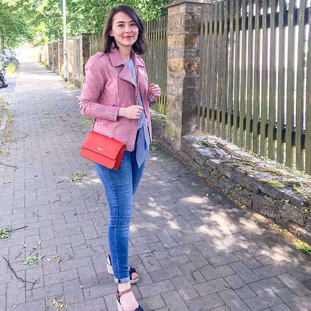 En route to a bday party. Best weather today. ☀️ Rocking my summer #capsulewardrobe 😁🧡 I contemplated wearing a navy blazer but couldn't find mine and then I thought - I actually don't want to dress up but go as my usual self 😅 So I took the good old pink biker jacket and went ✌️ #capsulewardrobechallenge #curatedcloset #summeroutfits #summerwardrobe #mycapsulewardrobe #minimalistcloset #curatedwardrobe #capsulewardrobespring #capsulecloset #pinkbikerjacket #orangecrossbody #wedgesshoes #wedgessandal #downsizing #livingsimply #summerootd