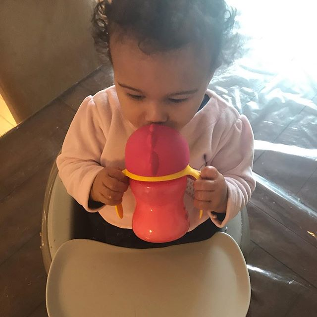 Transitioning from breast milk to formula isn't easy. My daughter didn't accept a regular baby bottle🍼. My lifesaver was this straw cup! Check my post about how to make the transition and what can help you with this challenge in our Feeding & Recipes page! Go to our All For Mommies website! Link in the bio! #baby, #breastmilk, #infantformula