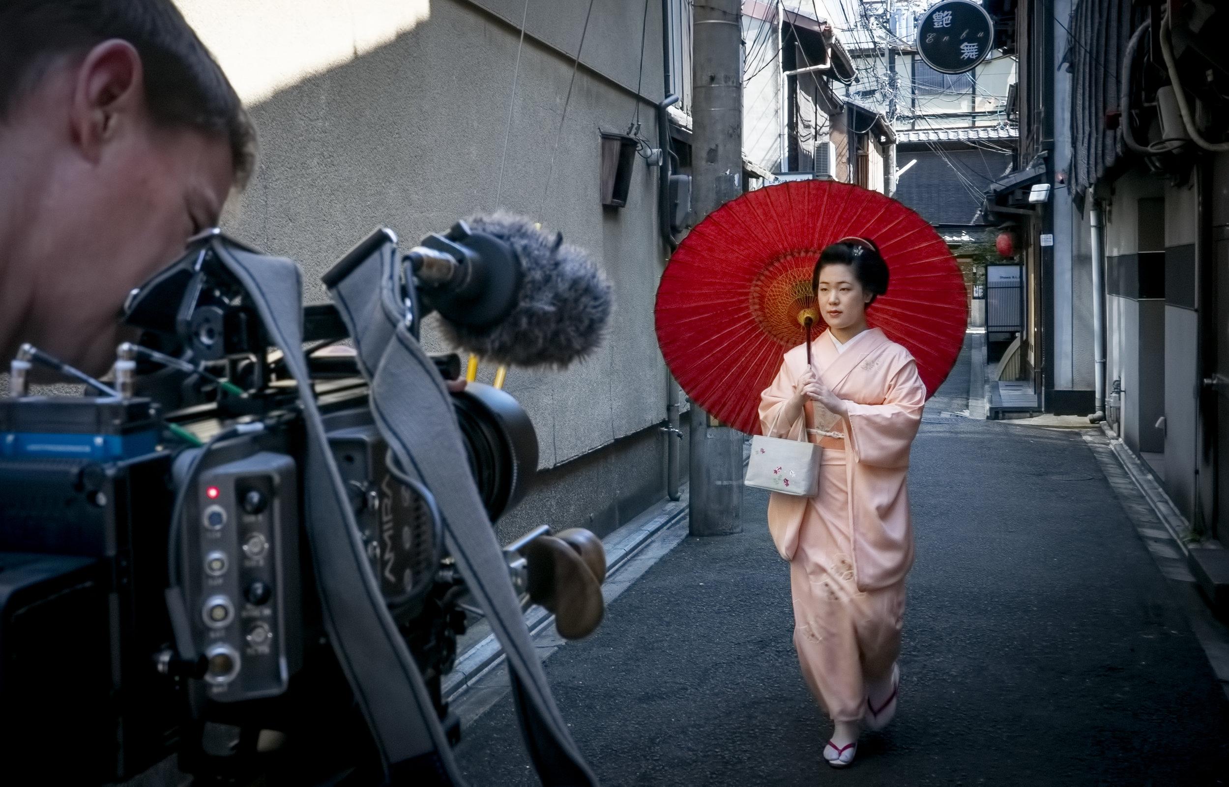 filming Maiko in Kyoto, Van Gogh & Japan © EXHIBITION ON SCREEN (David Bickerstaff) (1).jpg