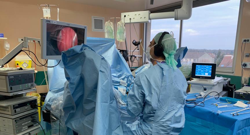 Un chirurgien pendant une procédure à l'hopital du vert galant