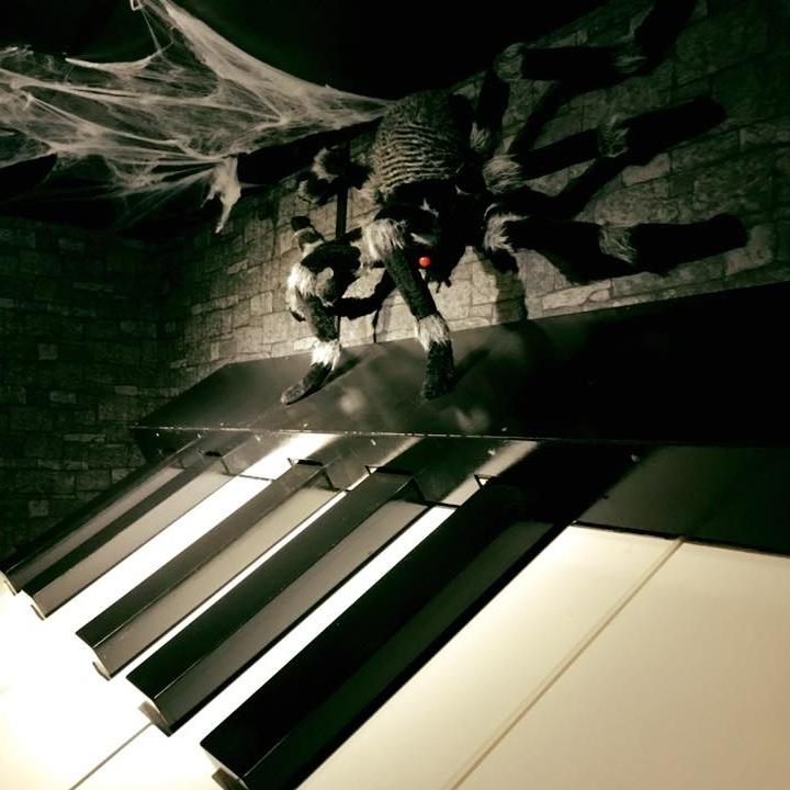Vågar ni gå in i spindels grotta? I denna utmaning testar vi både era musikkunskaper och utmanar eventuella fobier. Inget för den med arachnofobi…