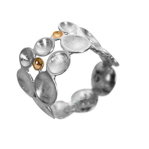 Konfirmationsring : Brit ville give sin datter en ring i konfirmationsgave. Hun medbragte mormors vielsesring, og jeg udhuggede 3 små guldskåle af ringen, og satte sammen med sølvskålene.